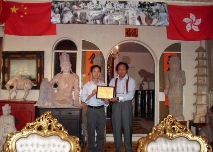 中國禅林畫院名譽顧問汪裕祖接受聘書,由中國禅林畫院院長李智隆親自頒發。