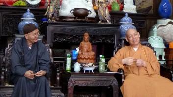 2013年10月14日上午,美国中华佛教会会长妙峰长老一行到浙江普陀山参访。中国佛教协会副会长、普陀山佛教协会会长、普济禅寺方丈道慈法师在方丈室热情接待了妙峰长老一行。道慈法师与妙峰长老亲切交谈,介绍了中国佛教国内的发展和现状。道慈法师还赠送一幅书法《佛心》给妙峰长老留念。妙峰长老在美国弘法50多年,是第一位远赴美国弘扬佛法的华人。这次回国特意来到普陀山南海观音道场参访,并参拜了普济寺、法雨寺、西天景区、南海观音、紫竹林等道场。 据悉,在普陀山南海观音立像前,有几位前来上香拜佛的信众认出是来自美国的妙峰长老时,激动的上前顶礼长拜,泪迎满面。使的妙峰长老也触景动容,场面十分感人。